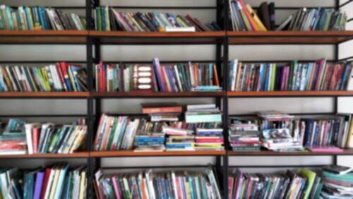 Een wanordelijke boekenkast