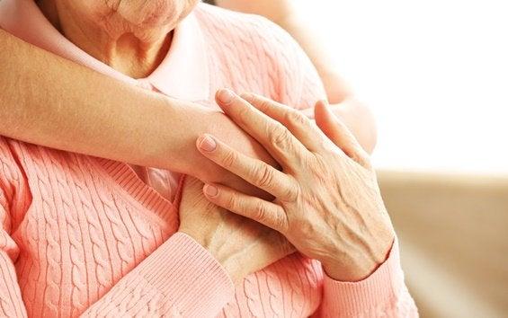 Een vouw die een oudere vrouw knuffelt