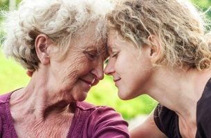 Een oudere vrouw en haar dochter
