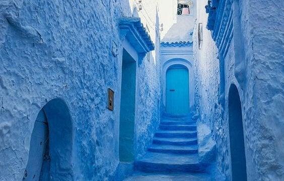 Een blauwe Marokkaanse straat.