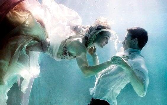 Een koppel onder water