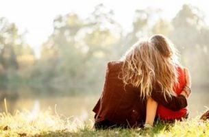 Twee knuffelende vrienden in het gras