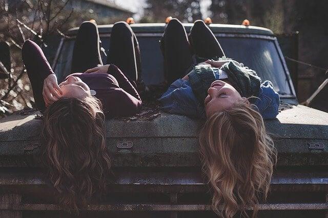 Twee vriendinnen op een auto