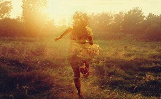 Een meisje dat weg rent