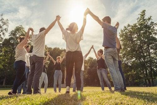 Praten in steungroepen en activiteiten doen.