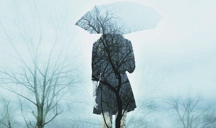 Vrouw in bos met paraplu