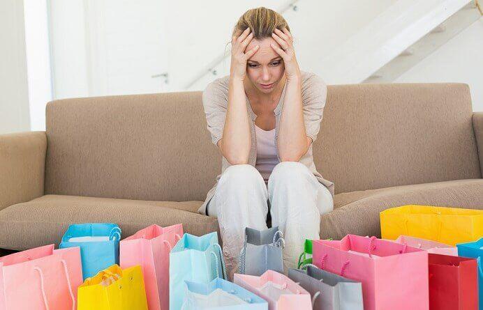 Vrouw die last heeft van een koopverslaving waardoor ze niet kan stoppen met winkelen