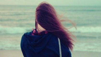 Vrouw kijkt naar de oceaan