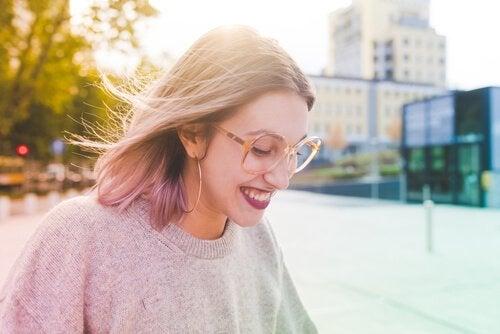 Meisje dat gelukkig is dankzij de wetenschap van geluk