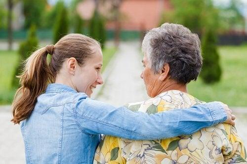 Meisje verzorgt bejaarde vrouw