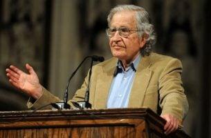 Noam Chomsky die een toespraak houdt