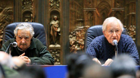 Noam Chomsky die aan het woord is