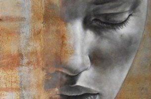 Het gezicht van een vrouw die ongevoelig is voor de pijn van anderen