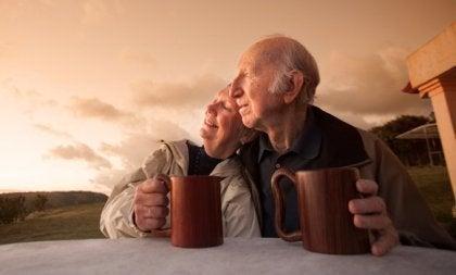 Ouder stel drinkt koffie