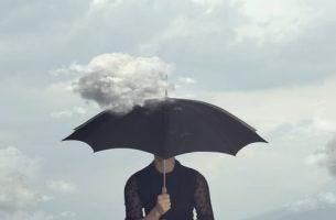 Lage wolk boven een paraplu