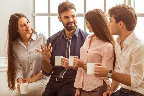 Praten met collega's tijdens de koffiepauze