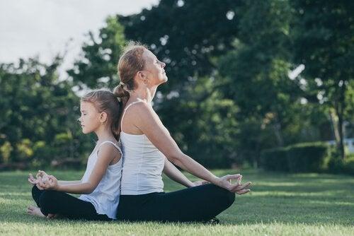 Moeder en dochter die samen mediteren, want Kindermeditatie is goed voor de ontwikkeling van kinderen