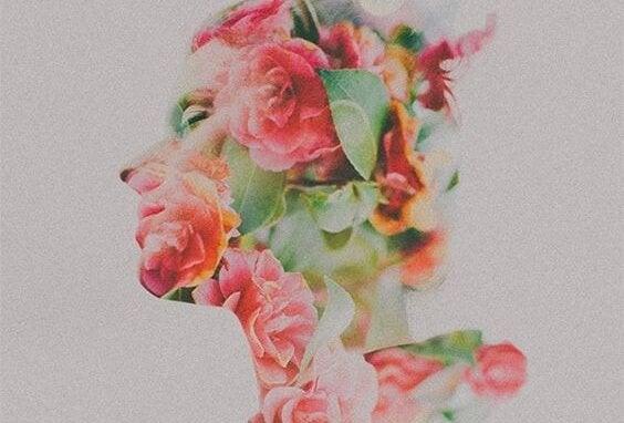 Silhouette van een vrouw die bedekt is met bloemen