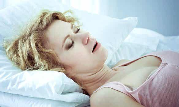 De oorzaken, waarschuwingssignalen en behandeling van slaapapneu