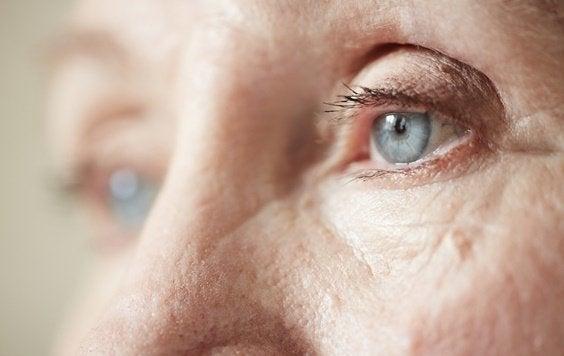 De ogen van een oudere vrouw