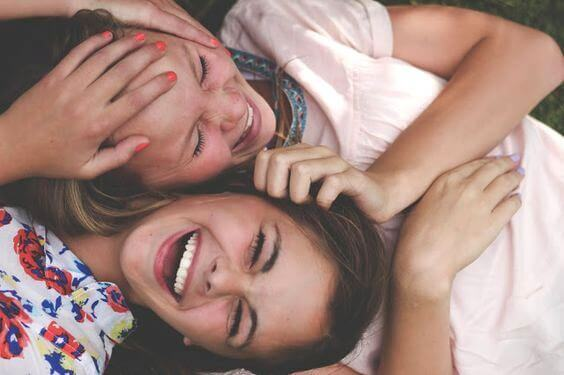 Twee lachende tienervrienden