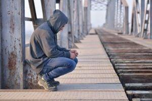 Droevige tiener op brug