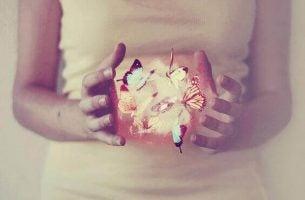 Vrouw die magische momenten probeert te creeren