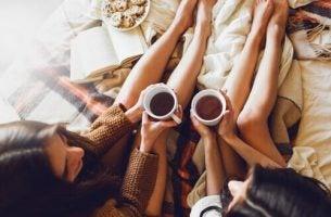 Vriendinnen drinken thee en praten
