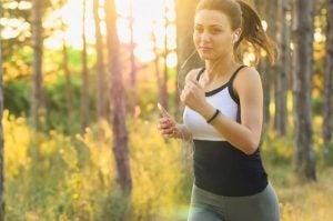 Vrouw aan het hardlopen: lichaamsbeweging die goed is voor de hersenen