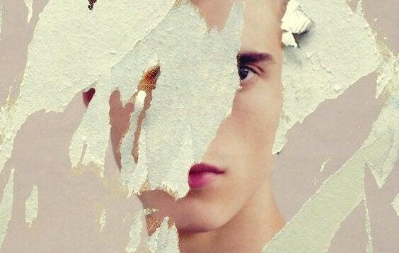 Het gezicht van een vrouw achter verscheurd papier