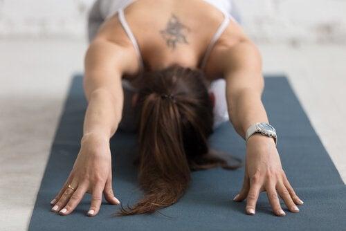 Vrouw beoefent yoga: de relatie tussen yoga en depressie