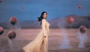 Vrouw in surrealistisch landschap