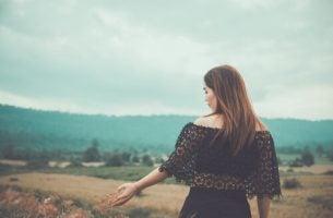 Vrouw die door een landschap loopt en nadenkt over haar fobie