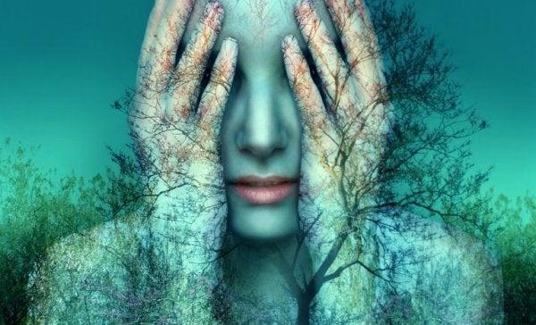 Vrouw met bomen