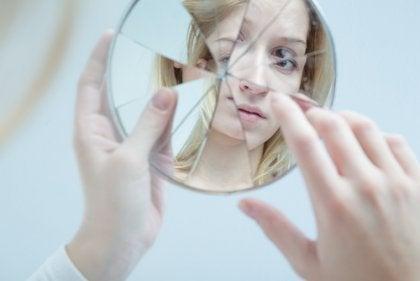 Vrouw met gebroken spiegel