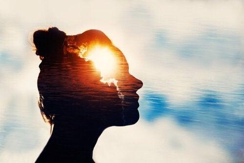 Vrouw met licht in haar hoofd