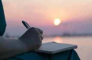 Vrouw schrijft stemmingsdagboek
