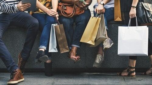 Mensen die veel hebben lopen winkelen
