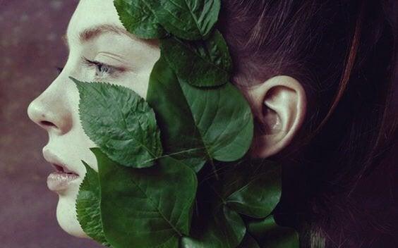Vrouw bedekt met bladeren en apathie