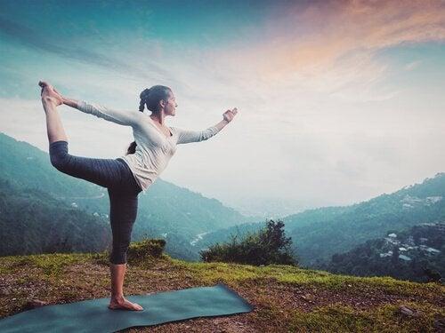 Vrouw die buiten aan yoga doet