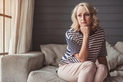 Een vrouw die door de midlifecrisis gaat