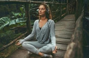 Mediterende vrouw