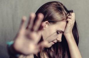 Een vrouw die lijdt onder de gevolgen van huiselijk geweld