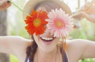 Een vrouw die blij is met zichzelf