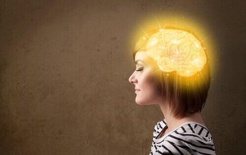 Vrouw met een lichtgevend brein