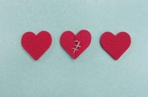 Drie harten die overspel voorstellen