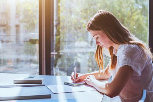 Een student die studeert voor examens