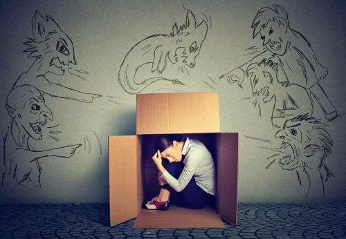 Iemand die vastzit in een doos