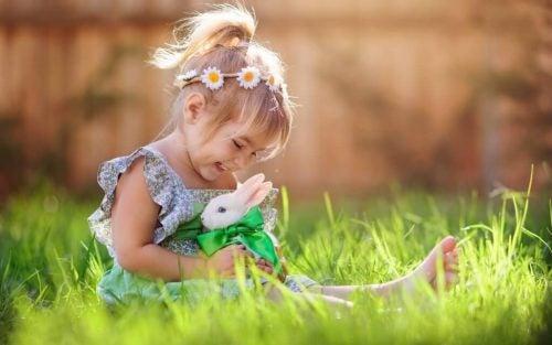 Kindje met een konijn
