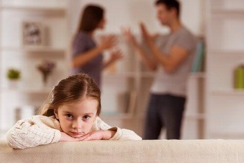 Meisje dat haar ouders ruzie hoort maken
